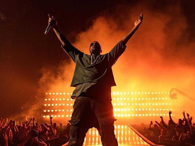 Rapper Kanye West yêu cầu một tủ lạnh với nhiều loại thức uống có cồn, đồ uống có ga, và cả nước hoa quả.