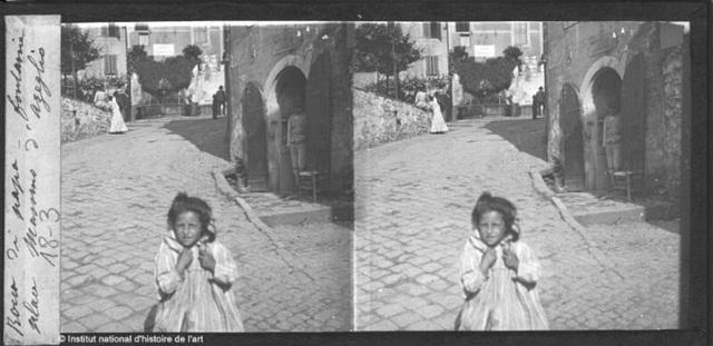 Một cô bé có chút bối rối khi nhìn vào chiếc máy ảnh vẫn còn rất xa lạ ở thời điểm đó. Ảnh chụp năm 1910.