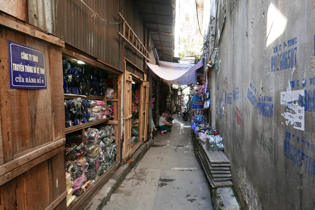 Ở đoạn cầu từ phố Hàng Lược đến ga Long Biên, dưới các ô vòm bịt kín là các ki-ốt kinh doanh tồn tại cũng đã nhiều năm.