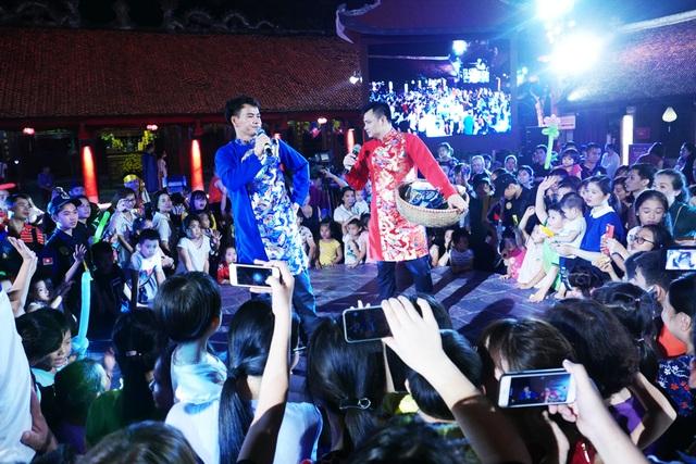 Hai nghệ sĩ Xuân Bắc và Tự Long tấu hài khuấy động không khí, tạo hứng khởi cho các em nhỏ.