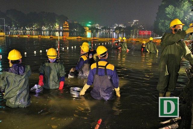 Các công nhân nạo vét bùn dưới lòng hồ Hoàn Kiếm.
