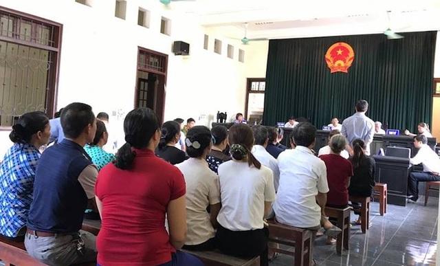 Đông đảo người dân có mặt tại TAND tỉnh Lào Cai từ sớm để tham dự phiên toà Chủ tịch tỉnh Lào Cai và Chủ tịch TP Lào Cai bị kiện.