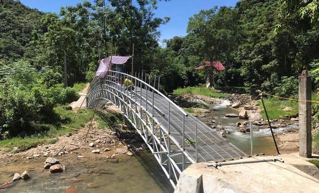 Chiếc cầu bắc qua con suối Chà Lạt. Con suối này, trước đây cứ đến mùa mưa lũ thì học sinh phải nghỉ học.
