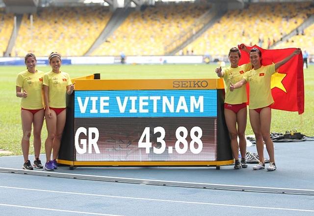 Các cô gái chạy nội dung 4x100m bên kỉ lục mới SEA Games do chính họ tạo ra, ảnh: Q.H