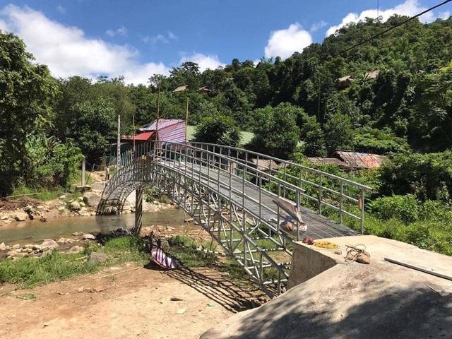 Cầu Dân trí thứ 13 tại khu vực lòng hồ thủy điện Bản Vẽ đang vào giai đoạn nước rút.
