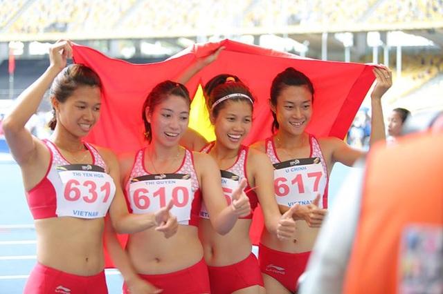 Các cô gái chạy nội dung 4x100m ăn mừng chiến thắng, ảnh: Q.H