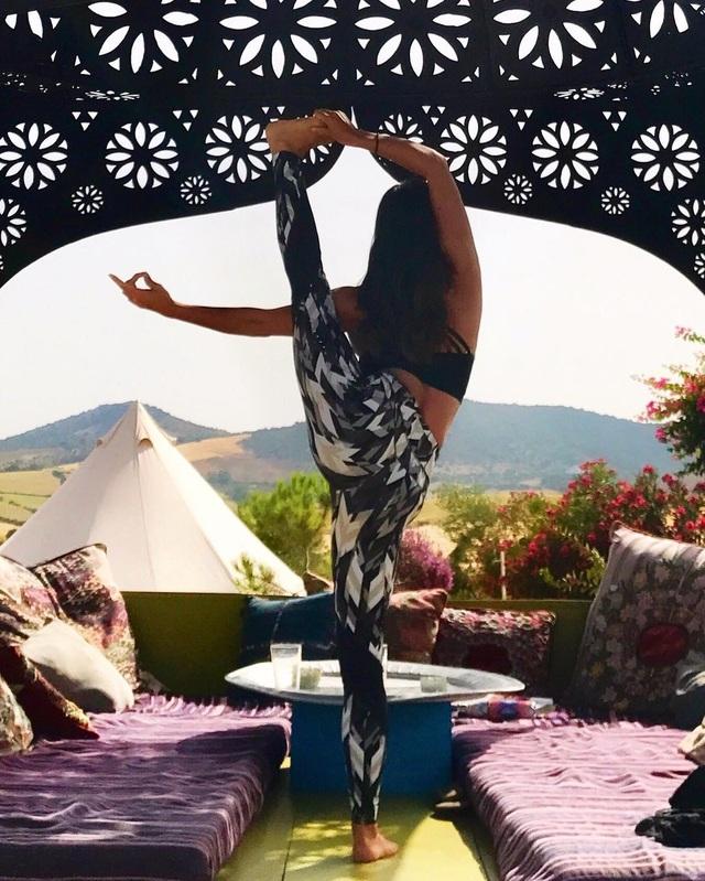 Người đẹp 32 tuổi tin rằng Yoga là cách tốt nhất để chăm sóc sức khỏe và vóc dáng.