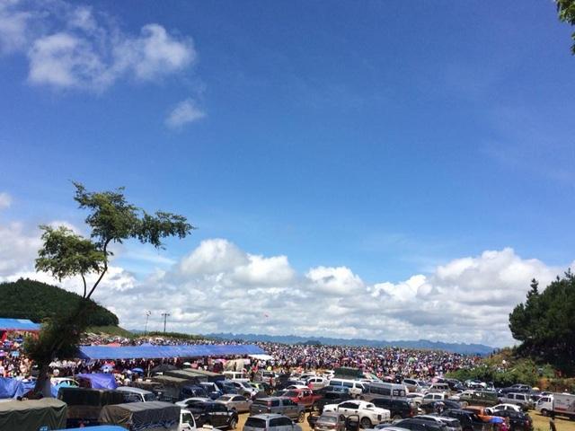 Mộc Châu là cao nguyên rộng lớn và xinh đẹp nhất vùng núi phía Bắc thuộc tỉnh Sơn La. Năm nay vào dịp 2/9, để thu hút khách du lịch hàng loạt các lễ hội, hoạt động văn hóa đã được tổ chức. Chính vì thế, các cung đường lên Mộc Châu đều đông đúc, quá tải. Tại các địa điểm diễn ra lễ hội, các bãi xe chật kín phương tiện. Ảnh: Facebook