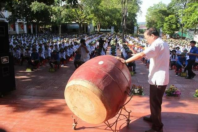 Thầy Phan Bá Tiến - Hiệu trưởng Trường THPT Thanh Chương 3 đánh trống ngày khai giảng năm học mới.