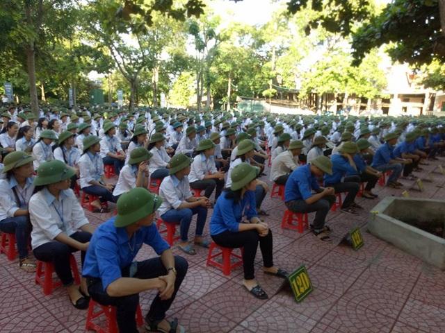 Cả trường đội mũ cối trong ngày khai giảng - 11