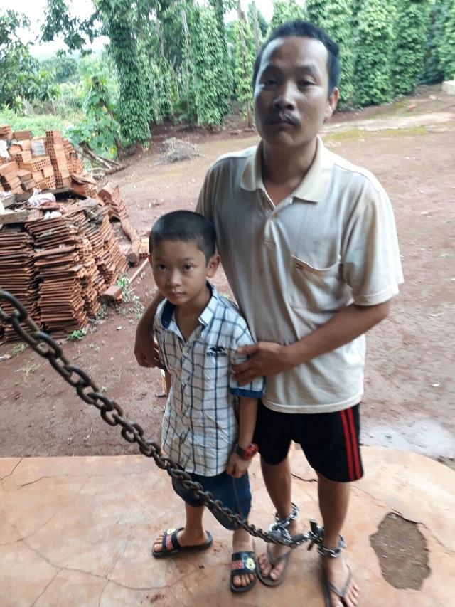Anh Thừa và người con trai 7 tuổi đang ngóng chờ mẹ con chị Thỏa sớm từ bệnh viện trở về