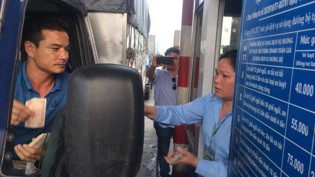 Sau gần 1 ngày tạm lắng, chiều nay các tài xế lại dùng chiêu tiền lẻ để phản đối mức phí cao trên QL 5.