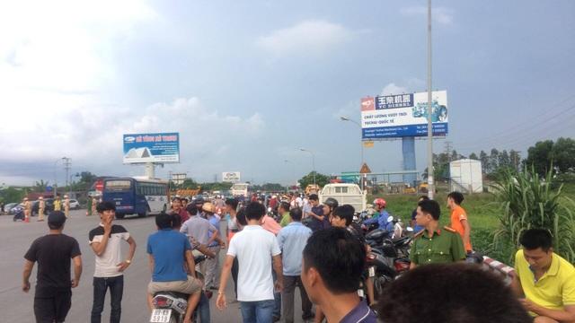 Người dân tập trung đông khu vực quanh trạm thu phí.