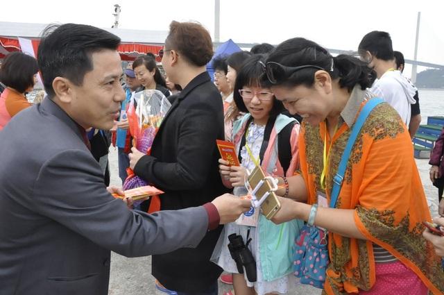 Lãnh đạo Sở Du lịch ra tận nơi đón và tặng hoa du khách. (ảnh: Lao động)