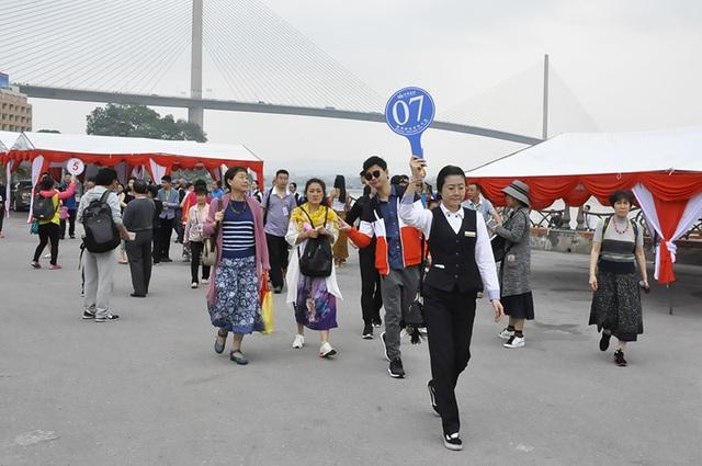 Hơn 400 du khách Trung Quốc đã đến xông đất Quảng Ninh ngày mùng 4 Tết (ảnh: Lao động)