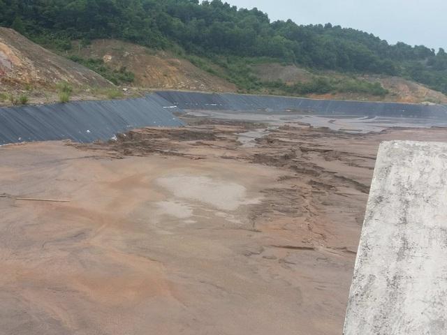 Dù đã được lót đáy, xây kè, bờ bao...nhưng người dân vẫn quan ngại khi lượng tro xỉ đầy lên cộng mưa lớn kéo dài thì việc tràn ra ngoài, chảy xuống vinh Bái Tử Long là hoàn toàn có thể