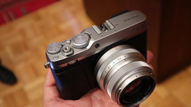 Về mặt thiết kế, X-E3 năm nay khá nhỏ gọn và ngoại hình tựa như một phiên bản X-Pro 2 thu nhỏ. So với thế hệ trước, năm nay Fujifilm rất hào phóng, mang lên dòng X-E3 một bánh xe tinh chỉnh và joystick, cho phép chỉnh tốc độ màn trập, bù trừ sáng… Điều mà chưa từng xuất hiện trên các dòng tầm trung.
