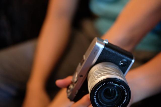 Ngoài ra, X-E3 cũng là mẫu máy ảnh không gương lật đầu tiên trong dòng X Series tích hợp kết nối không dây Bluetooth năng lượng thấp và đi cùng kết nối Wi-Fi.
