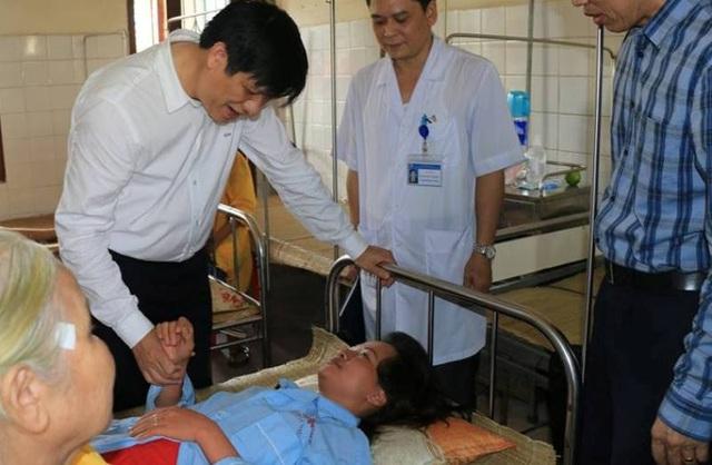 Thứ trưởng Bộ Y tế Nguyễn Thanh Long thăm bệnh nhân sốt xuất huyết đang điều trị tại Bệnh viện Đa khoa tỉnh Thanh Hóa