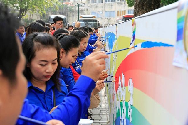 Bức tranh dài 55 mét có sự chung tay góp sức của hàng trăm thanh viên hai nước