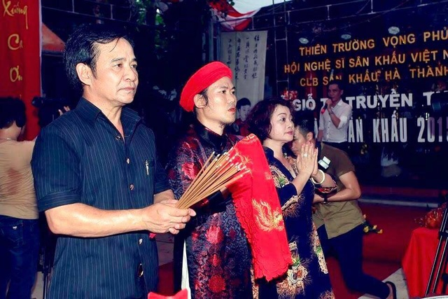 Nghệ sỹ Quang Tèo, Công Vượng và Trà My thực hiện nghi thức bái yết tổ nghề.