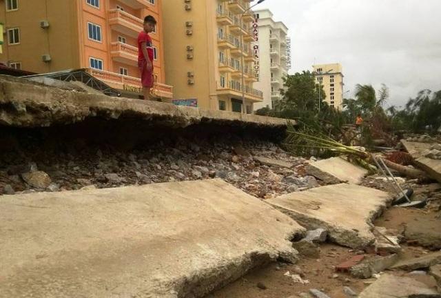 Công trình kè biển đổ sập sau bão
