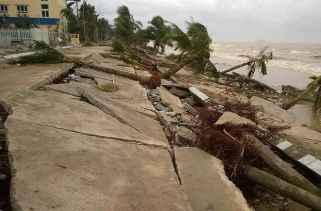 Bờ biển tan tác sau bão