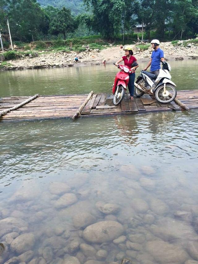 Lũ quét cũng đã cuốn trôi cầu nên người dân cũng chỉ còn cách qua sông trên chiếc bè tự đóng
