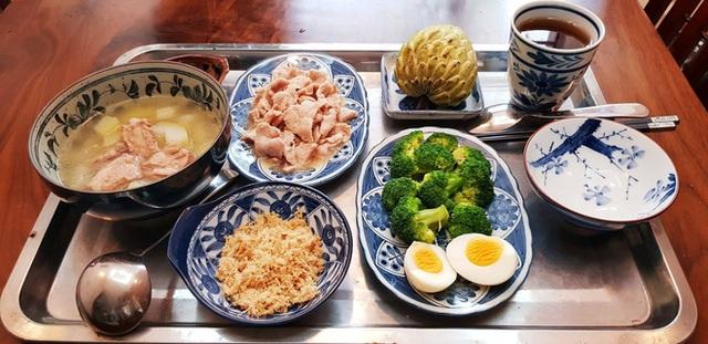 Mâm cơm của cô Hà nấu cho con dâu luôn có đủ món canh, món mặn và tráng miệng.
