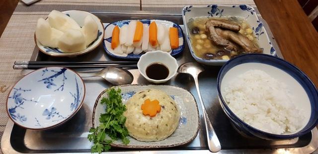 Vừa chăm cháu ngoại lại trông nom nhà cửa, nhưng cô Thanh Hà vẫn dành rất nhiều thời gian để chăm sóc từng bữa cơm ở cữ cho con dâu.