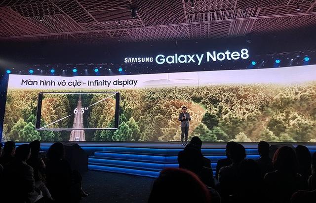 Đại diện Samsung Vina giới thiệu về màn hình vô cực trên Note8