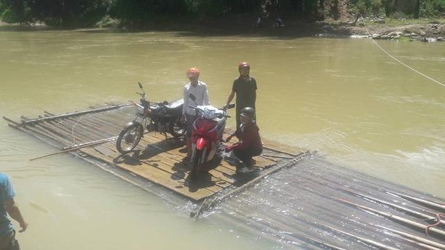 Đây là đoạn sông Vực Bút, thôn Vực Bút đi từ xã Phong Dụ Hạ sang xã Phong Dụ Thượng (huyện Văn Yên, tỉnh Yên Bái). Để qua sông, người dân phải đánh liều tính mạng trên những chiếc bè mục nát, không được trang bị áo phao và được kéo thủ công nhờ đoạn dây cáp nối 2 bờ sông