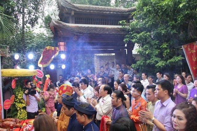 NSND Lê Tiến Thọ cùng đông đảo nghệ sỹ thực hiện nghi thức dâng hương cúng tổ vào ngày giỗ tổ sân khấu năm 2016.