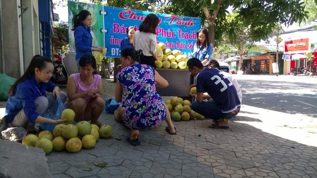 Người dân đến mua bưởi Phúc Trạch tại địa điểm Trường Trung cấp Việt Anh, TP Vinh.