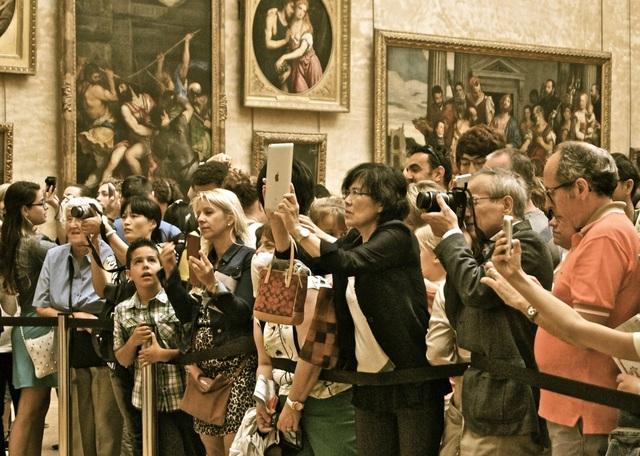 Du khách luôn tập trung rất đông trước bức họa nàng Mona Lisa của Leonardo da Vinci.