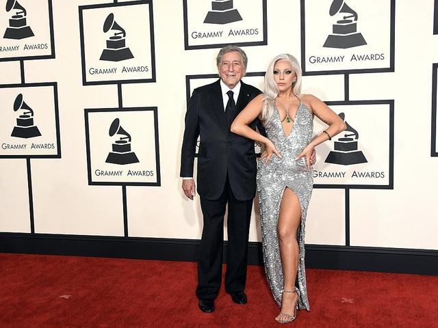Gaga xuất hiện trên thảm đỏ lễ trao giải Grammy 2015 cùng ca sĩ kỳ cựu Tony Bennett.