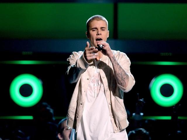 Justin Bieber đòi hỏi có đầu bếp riêng để thực hiện các món ăn theo ý muốn của thần tượng nhạc pop. Ngoài ra, nam ca sĩ 23 tuổi cũng yêu cầu có máy mát-xa, kẹo dẻo, nhiều áo phông màu trắng, khăn tay màu trắng… đặt sẵn trong phòng.