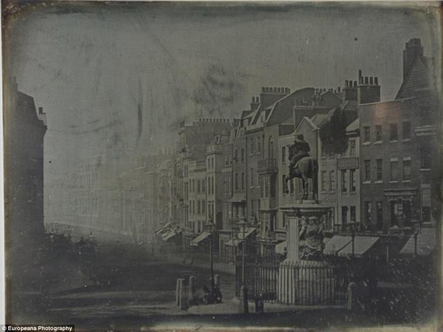 Một trong những bức ảnh đầu tiên được thực hiện theo phép chụp hình Đa-ge (daguerreotype) hồi thập niên 1840 ở Anh, ghi lại cảnh vật ở trung tâm thành phố London. Phép chụp hình Đa-ge là phương pháp chụp ảnh đầu tiên được phổ biến trên diện rộng, mỗi bức ảnh được chụp sẽ in lên một lá hợp kim đồng và bạc.