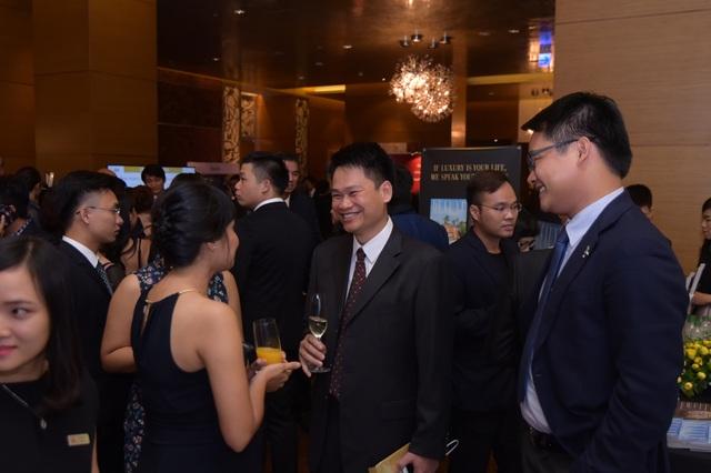 Ông Phạm Trọng Hòa - Phó TGĐ Xây dựng đang trao đổi với các đối tác tại sự kiện Vietnam Property Awards