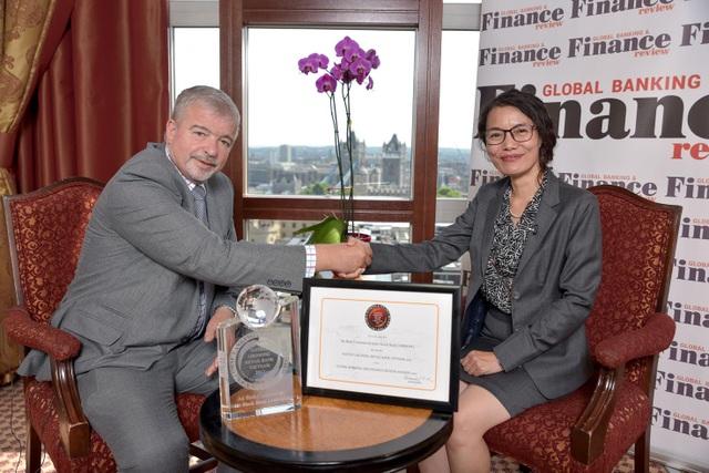 PTGĐ Phạm Thị Hiền nhận giải thưởng