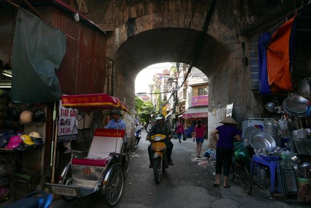 Ban đầu, dưới cầu là 131 ô vòm giữa các cột đá. Nhiều người đánh giá các ô vòm vừa tạo kiến trúc đẹp mắt cho cây cầu, vừa thuận tiện đi lại.