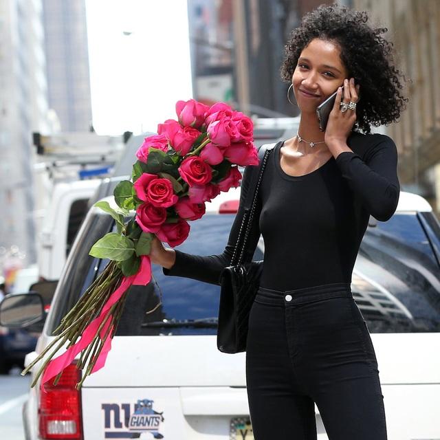 """Người mẫu Aiden Curtiss và nụ cười mãn nguyện khi được biết mình đã chắc chắn có một vị trí trong dàn mẫu của Victoria's Secret. Cô lựa chọn một bộ trang phục toàn màu đen, ôm sát, khá kín đáo để đi """"casting""""."""