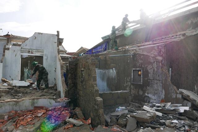 Tại ngôi làng ven biển thuộc xã Cẩm Nhượng, trong khung cảnh đổ nát ngổn ngang, các chiến sĩ bộ đội biên phòng hối hả dọn dẹp những nhà bị sập, lợp lại những ngôi nhà bị tốc mái.