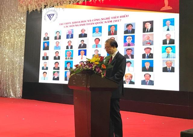 Đ/c Phạm Văn Tân, Phó Chủ tịch kiêm Tổng Thư ký Liên hiệp Hội Việt Nam đọc Báo cáo kết quả triển khai nhiệm vụ tôn vinh trí thức KH&CN tiêu biểu thuộc các Hội ngành toàn quốc năm 2017.