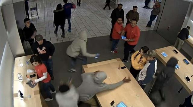 Ảnh trong vụ cướp táo tợn xảy ra tại Apple Store ở Stoneridge Mall trong năm 2016.