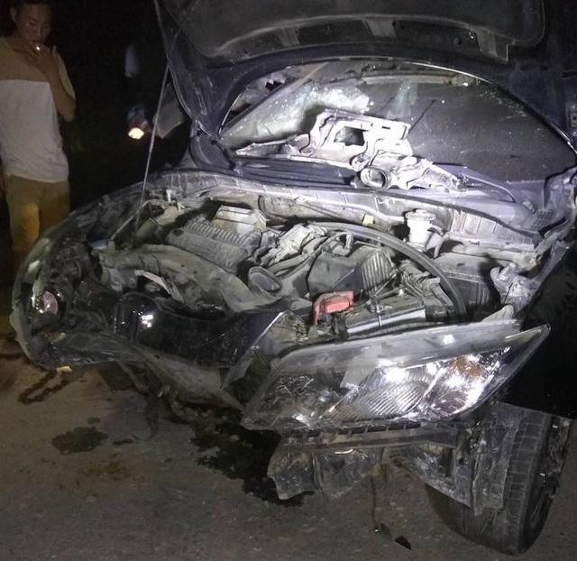 Chiếc xe con sau cú đâm xe máy khiến bẹp dúm phần đầu.