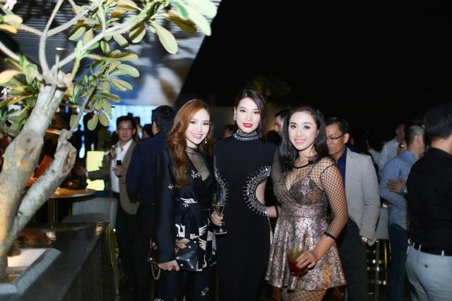 Các nghệ sỹ đến chia vui với Trương Ngọc Ánh.