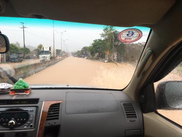 Mưa lớn bất ngờ gây ngập Quốc lộ 1A - 7
