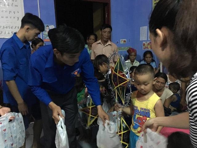 Tặng quà Trung Thu cho học sinh dân tộc tại xã miền núi Trường Sơn, huyện Quảng Ninh