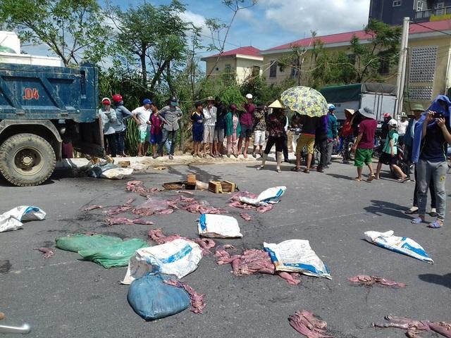 Nhiều người dân bức xúc,vứt những thùng xốp đựng mực hôi thối ra đường